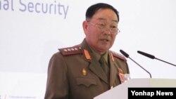 북한 현영철 인민무력부장이 불경죄로 숙청됐다고 13일 국정원이 밝혔다. 지난 4월 러시아 모스크바 래디슨 로얄 호텔에서 러시아 국방부가 주관한 제4차 국제안보회의에서 현영철 북한 인민무력부장이 연설하고 있다.