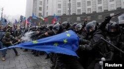 Para demonstran bentrok dengan polisi anti huru-hara di Kiev, Ukraina (24/11)