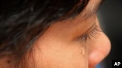 一名柬埔寨女佣在马来西亚吉隆坡接受访问时伤心流泪