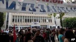 Демонстрация у здания государственного телевизионного канала ERT. Афины. 12 июня 2013 г.