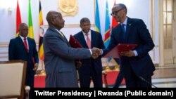Sob o olhar de João Lourenço Yowerri Museveni ( à esquerda) e Paul Kagame fazem as pazes