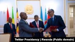Rais Paul Kagame wa Rwanda (Kulia) na Rais Yoweri Museveni wa Uganda