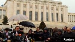 Ông Louay Safi, phát ngôn viên của Liên minh Quốc gia Syria, phát biểu với các phóng viên tại Geneva, ngày 10/2/2014.