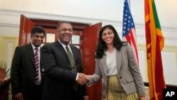 斯里兰卡外长萨马拉维拉(前左)欢迎到访的美国助理国务卿比思瓦尔。(2015年2月2日)