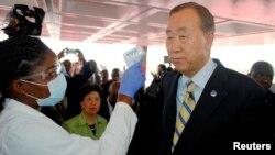 El secretario general de la ONU llegó a Liberia, donde le tomaron su temperatura en el aeropuerto.