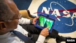 Charles Bolden administrador de la NASA explora algunas imágenes de cómo lucía el planeta Tierra hace algunas décadas y las compara con las imagenes actuales.