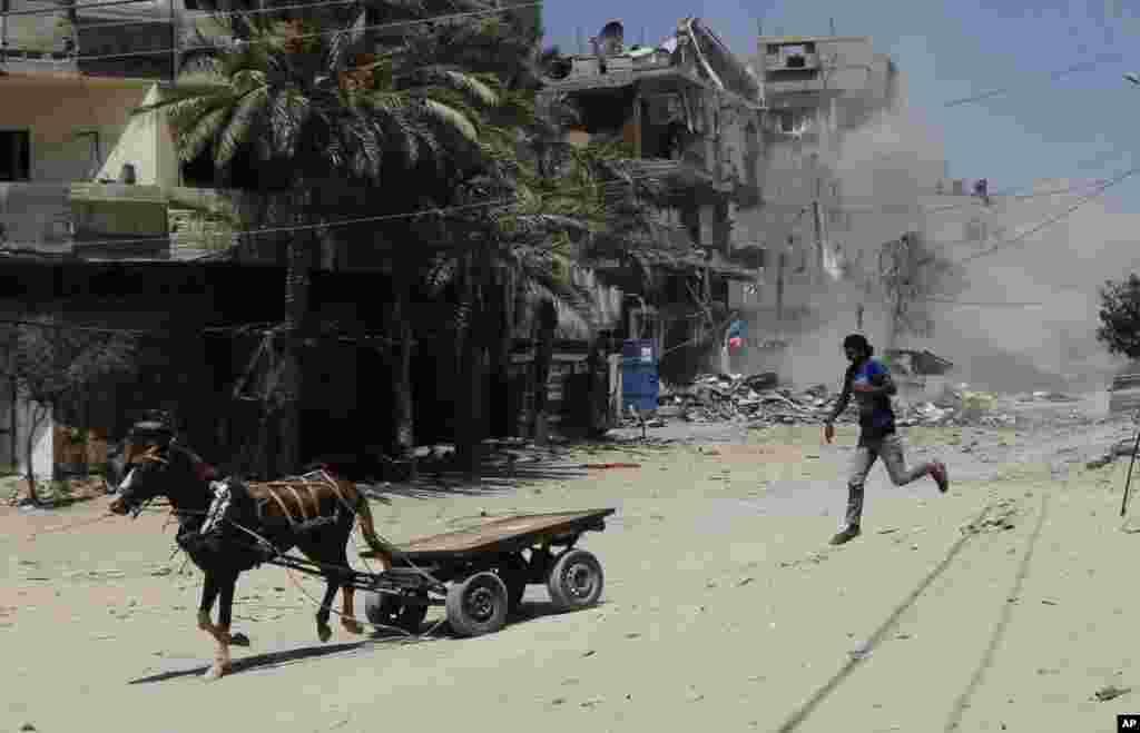 فرار ساکنان یک خانه پس از حمله هوایی اسرائیل - غزه، دوم شهریور ۱۳۹۳