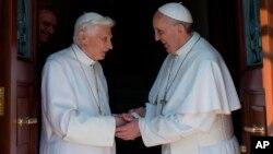 Ratzinger,izquierda, de 86 años llega después de más de dos meses para establecerse en su nueva residencia en el Vaticano y es recibido por el papa Francisco.