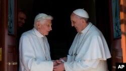 5月2日教宗方濟歡迎退位教宗本篤從教宗夏日住所返回梵蒂岡居住