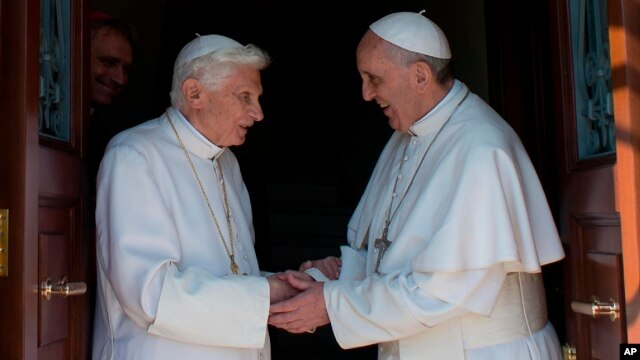 Pope emeritus Benedict XVI (l) is welcomed by Pope Francis on his return to the Vatican from the pontifical summer residence of Castel Gandolf, May 2, 2013.
