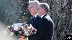 Tổng giám đốc Lufthansa Carsten Spohr (phải) và Tổng giám đốc Germanwings đến nơi tưởng niệm nạn nhân ở Le Vernet, Pháp, 2/4/15