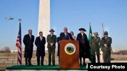 Milyarder David Rubenstein (tengah) berbicara kepada media di depan Monumen Washington di Washington DC (foto: dok).