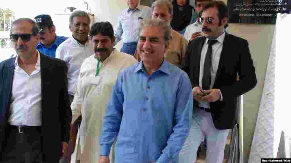 پاکستان تحریک انصاف کے وائس چیئرمین شاہ محمود قریشی عدالتی فیصلے کے بعد سپریم کورٹ سے باہر آ رہے ہیں