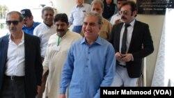 تحریک انصاف کے وائس چیئرمین شاہ محمود قریشی بھی فیصلے سننے کے لیے سپریم کورٹ میں موجود تھے۔