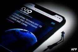 Ilustrasi peretasan pada smartphone di Paris, menampilkan situs web NSO Group Israel yang menampilkan spyware 'Pegasus', 21 Juli 2021. (AFP)