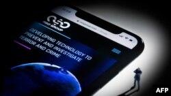 Ilustrasi fotografi studio ini menunjukkan sebuah smartphone dengan situs web NSO Group Israel yang menampilkan spyware 'Pegasus', dipajang di Paris pada 21 Juli 2021.(Foto: AFP)