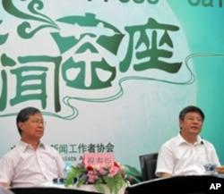 中央党校党史部副主任谢春涛(右)在中国记协