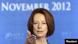 Thủ tướng Australia Julia Gillard nói chuyện tại một cuộc họp báo, 8/11/12