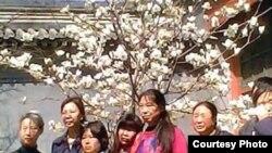 前中共总书记赵紫阳的女儿王雁南(左二)4月4日与到赵家祭拜赵紫阳的访民合影