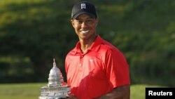 Tiger Woods saat memenagkan turnamen golf nasional AT&T di Bethesda, Maryland, Juli 2012. (Foto: Dok)