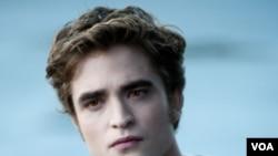 Robert Pattinson dalam film terbaru serial Twilight, Eclipse. Pattinson begitu menghayati perannya sebagai vampir remaja Edward Cullen, hingga muncul berita ini bahwa ia keturunan Raja Drakula.