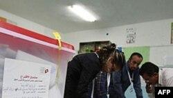 Giới chức bầu cử thu thập phiếu từ các thùng phiếu sau khi phòng phiếu ở thủ đô Tunis đóng cửa