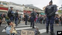 法国宪兵站在抗议者附近