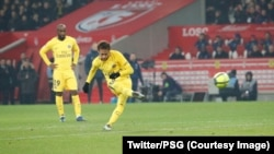 Le Brésilien Neymar tire un coup franc contre Lille au stade Pierre-Mauroy, Lille, 3 février 2018. (Twitter/PSG)