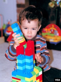 Bé trai say mê chơi Lego.
