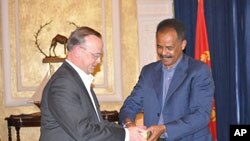 Mining official hands the first gold bar to Eritrean president Isaias Afewerki