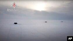 Ruske nuklearne podmornice probijaju se kroz arktički led tokom vojnih vježbi na neodređenoj lokaciji. Fotografiju je objavilo rusko ministarstv odbrane 26. marta 2021.