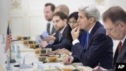 3일 투크르메니스탄을 방문한 존 케리 미 국무장관(오른쪽 두번째)이 구르방굴리 베르디무크하메도프 대통령의 발언을 듣고 있다.