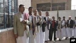 ຊາວເຢເມນ ພາກັນລຽນແຖວ ລໍຖ້າປ່ອນບັດເລືອກຕັ້ງເອົາປະທານາທິລໍດີຄົນໃໝ່ ທີ່ເມຶອງ Sanaa, Yemen, ໃນວັນອັງຄານ ທີ 21, ເດືອນກຸມພາ ປີ 2012.