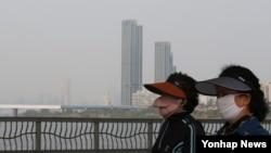지난달 22일 초미세먼지를 피하기 위해 마스크를 쓴 서울 시민들이 잠수교를 산책하고 있다.