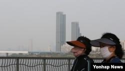 22일 오전 마스크를 쓴 서울 시민들이 잠수교를 산책하고 있다.
