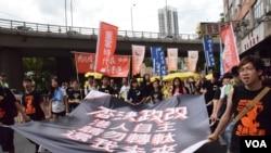 「學民思潮」成員參與「全民否決政改」遊行。(美國之音湯惠芸攝)