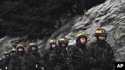 연평도 해안가 도로를 순찰하고 있는 군 장병들