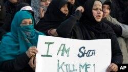 Warga muslim Syiah Pakistan melakukan unjuk rasa memrotes serangan terhadap warga Syiah di sana (foto: dok).