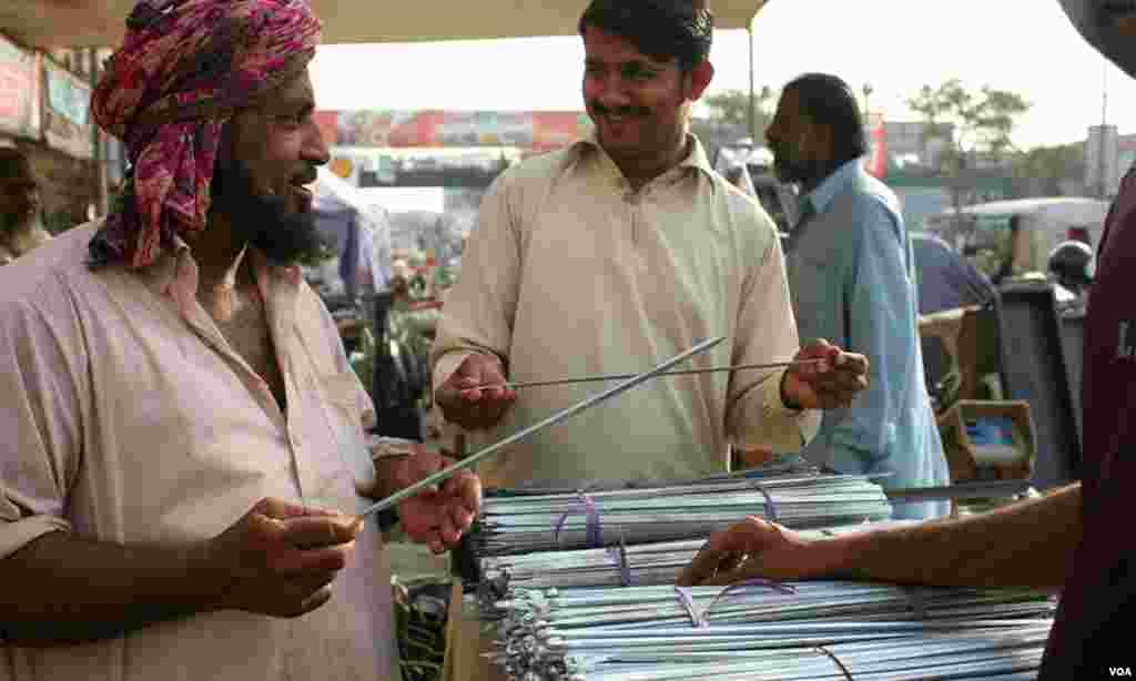 کباب کی سیخوں کی خریداری کرتے ہوئے ایک بزرگ