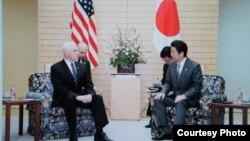 到访日本的美国副总统彭斯与日本首相安倍晋三周三在东京首相官邸会谈(首相官邸公开记录)