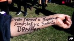 "Ivon Menenjes iz Las Vegasa napisala je na ruci: ""Treba nam trajno zakonsko rešenje za sanjare"" tokom protesta na Kapitol hilu u martu 2018."