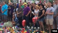 數以千計認識在奧蘭多的飛利浦中心門外悼念槍擊案的死者。