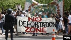 Para imigran, sebagian besar keturunan Hispanik, melakukan demonstrasi kebijakan imigrasi di Phoenix, negarabagian Arizona (foto: dok).