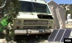 Warga Safe Haven menggunakan panel sinar matahari untuk menangkap sumber energi mereka.