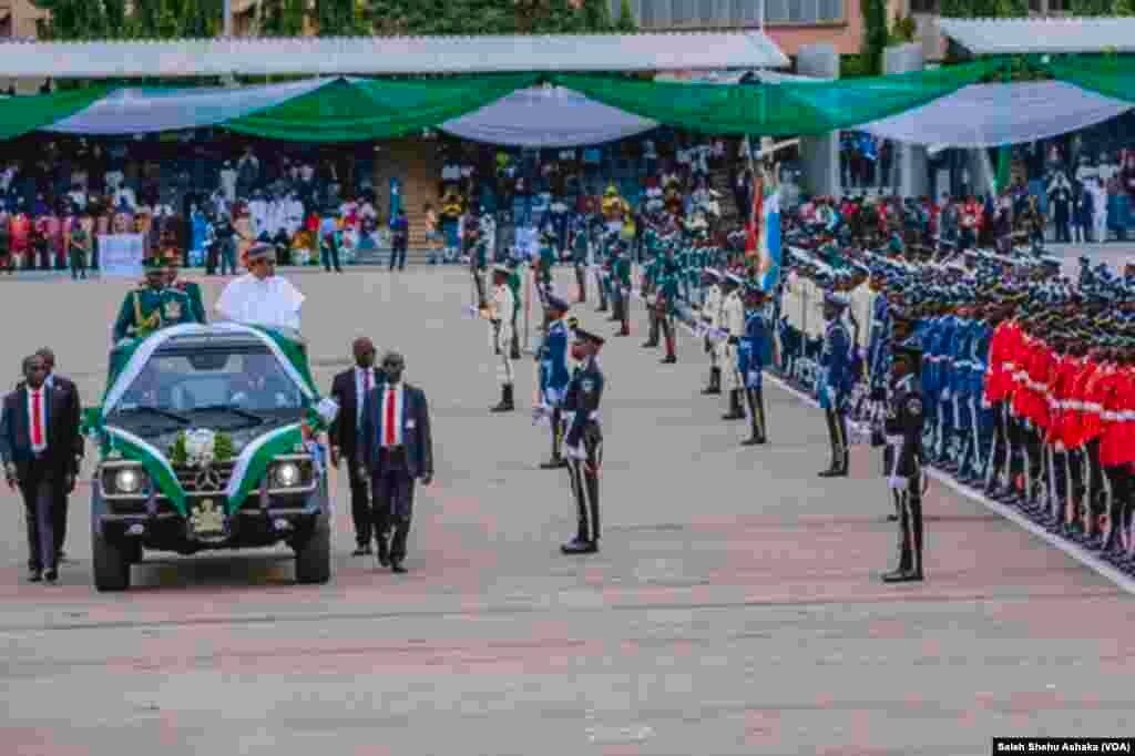 Lokacin da motar da ke dauke da shugaba Buhari take zayaga filin Eagle Square