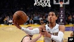 Le joueur des Los Angeles Lakers Jordan Clarkson marque deux points contre les Atlanta Hawks, à Los Angeles, le 7 janvier 2018.