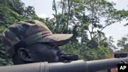 Un soldat des Forces républicaines en patrouille dans l'ouest du pays.