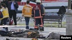 Les secours se déploient près des corps de victimes d'un attentat qui a eu lieu au cœur d'Istanbul, Turquie, 12 janvier 2015.