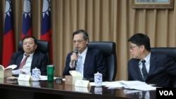 台湾陆委会主任委员陈明通(中)5月17日对媒体发表谈话(美国之音记者杨明拍摄)