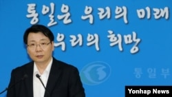 김형석 한국 통일부 대변인이 31일 정부서울청사에서 개성공단 문제 등 현안에 대해 정례브리핑을 하고 있다.